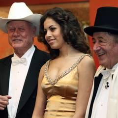 Richard Lugner stellt seinen diesjährigen Stargast Karima El Mahroug zusammen mit Larry Hagman vor.