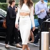 Supermodel Alessandra Ambrosio ist schon mehr als einen Blick wert, im bauchfreien Dress von Calvin Klein Collection sowieso.