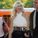 Gwen Stefani zeigt sich im Leder-Ensemble von Balmain leicht bauchfrei.