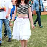 Kurzes Ringelshirt, weißer Rock: Rose McGowan kleidet sich fürs Coachella-Festival ganz sommerlich.