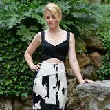 Im schwarz-weißen Zweiteiler von Donna Karan zeigt Elizabeth Banks bei einem Fototermin in Rom neben ihrer tollen Figur gleich noch ihren flachen Bauch.