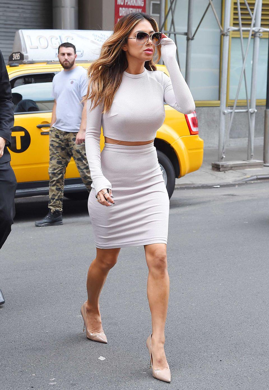 Feinripp mal sexy... Nicole Scherzinger zieht im bauchfreien, figurbetonten Zweiteiler die Blicke der New Yorker auf sich.
