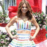 """Wie ein zuckersüßes """"Candy Girl"""" sieht Maria Menounos in ihrem knallbunten, bauchfreien Outfit aus."""