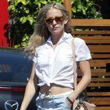 Ihre Bluse hat Kate Hudson überhalb vom Bauchnabel so geknotet, dass zwischen Shorts und Oberteil ihr flacher Bauch zu sehen ist.