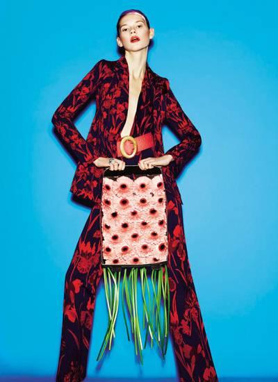 Blazer, Anzughose und Body mit Blumenprint, alles von Louis Vuitton, jeweils ca. 1800, 950 und 650 Euro. Lackledergürtel von Nin
