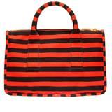 Rot-schwarz gestreifte Tasche von Prada, ca. 750 Euro