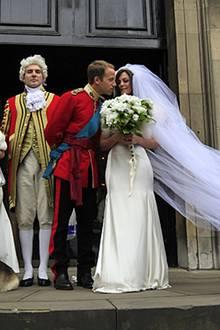 Auch diese Hochzeitspaar-Doubles zogen schon die Aufmerksamkeit jeder Menge Londoner auf sich.