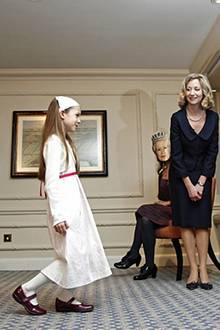Etikette-Übungen: Ein Pappaufsteller von Prinz William und Kate Middleton eignen sich hervorragend, um dieser Prinzessin-Anwärte