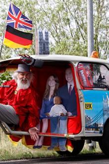 Der deutsche Fahrrad-Designer Didi Senft präsentiert sein jüngstes Modell - natürlich ganz im Zeichen der königlichen Hochzeit.