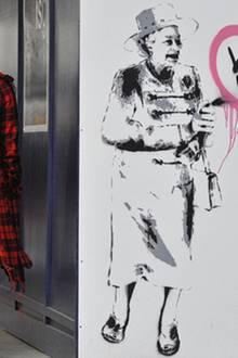 Königin Elizabeth wünscht ihrem Enkel per Sprühdose alles Gute zur Hochzeit. Zumindest in diesem Londoner Streetart-Gemälde von