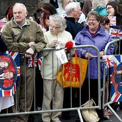 15.000 Fans haben sich versammelt um einen Blick auf das Paar zu erhaschen.
