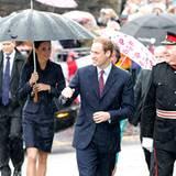 Prinz William und Kate Middleton lassen sich von dem Regen nicht ihre gute Laune verderben.