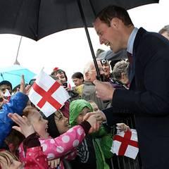 Prinz William schüttelt fleißig Hände und erfreut so Groß und Klein.