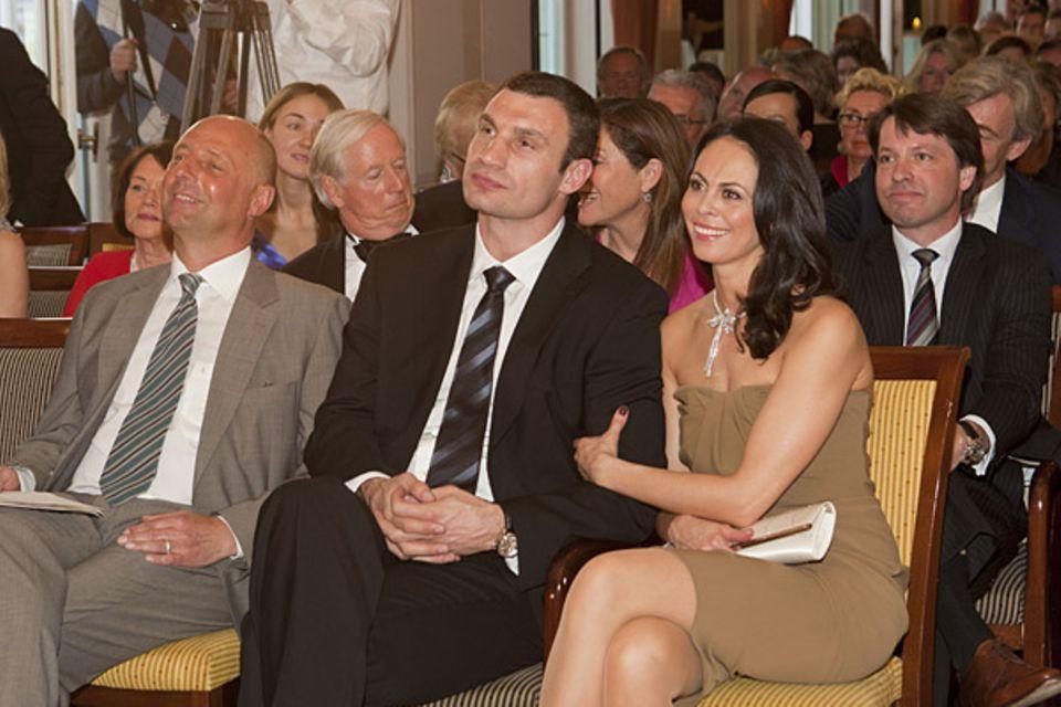 Das GALA-Paar des Jahres 2011, Dr. Vitali Klitschko und seine Frau Natalia, lauscht neben Peter Lewandowski gespannt den Worten