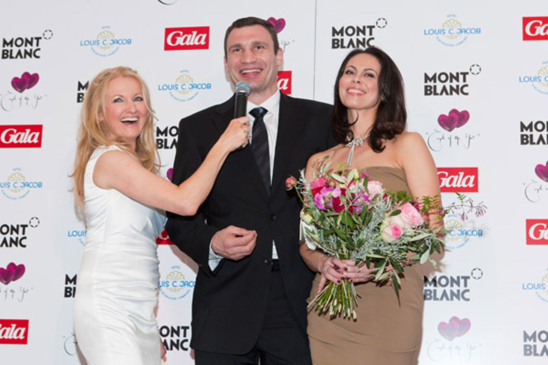 Moderatorin Frauke Ludowig freut sich mit unserem Paar des Jahres: Dr. Vitali Klitschko und seine Frau Natalia.