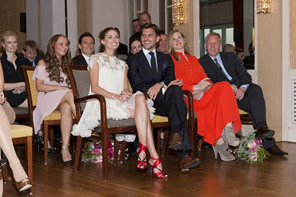 """""""Unsere"""" Paare während der Preisverleihung im Elbsalon: Melanie Tiburtius und Piotr Trochowski, Olivia Palermo und Johannes Hueb"""