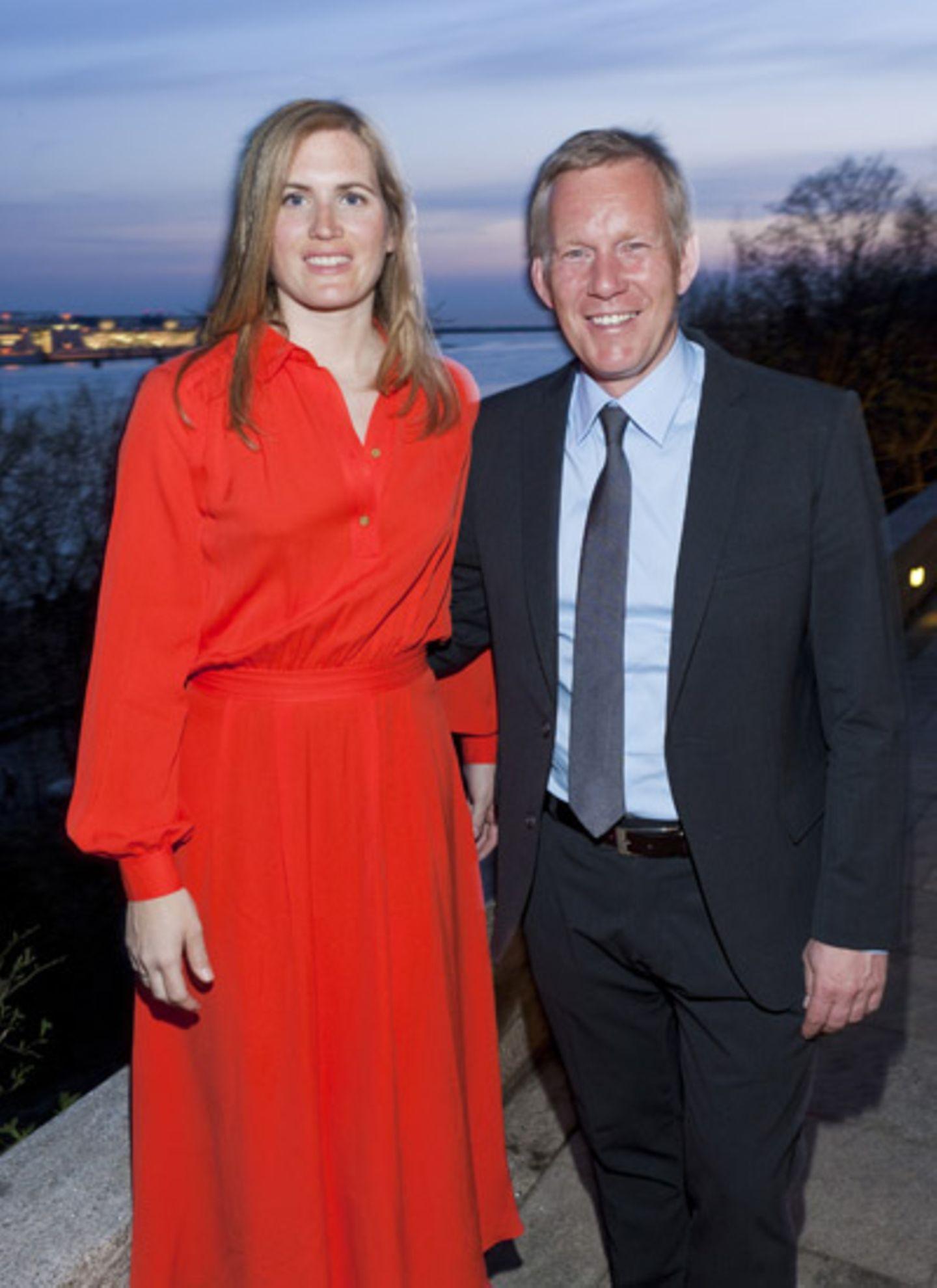 """Britta Becker-Kerner und Johannes B. Kerner, unser """"Family Couple"""" genießt den wunderschönen Ausblick am Elbhang."""