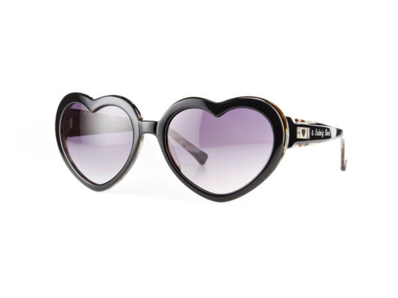 Sonnenbrille mit Herzchengläsern, von Freudenhaus, ca. 150 Euro