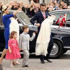 Prinzessin Mary und Prinz Frederik kommen mit Prinz Christian und Prinzessin Isabella und den Täuflingen vor der Holmens Kirke i