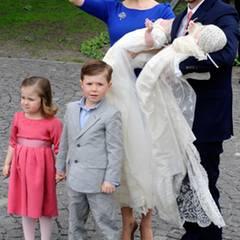 Dann posiert die sechsköpfige Familie für Fotos.