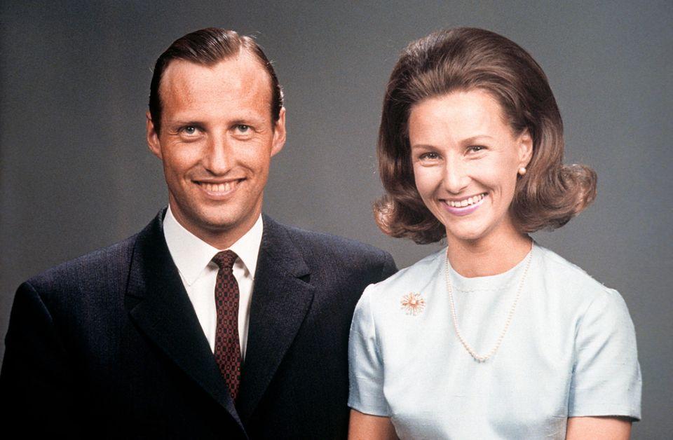 19. März 1968: König Harald und Königin Sonjavon Norwegen   Sie hatten neun Jahre lang für ihre Liebe gekämpft. Sonja Haraldsens bürgerliche Herkunft war damals für die Monarchie noch ein echtes Problem. Schlußendlich setzte sich der Kronprinz aber durch und konnte seine Sonja im August des gleichen Jahres endlich heiraten.
