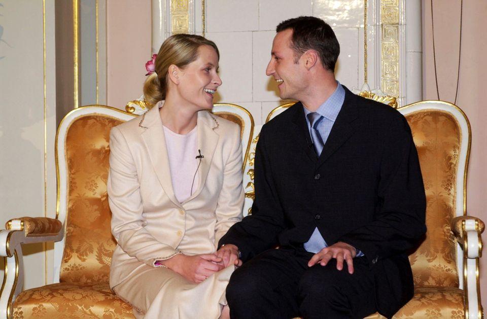 1. Dezember 2000  2000wird in der Vorweihnachtszeit die Verlobung von Kronprinz Haakon mit der BürgerlichenMette-MaritTjessem Høiby bekannt gegeben. Anfangs nicht ganz einfach, die wilde Vergangenheit der ehemaligen Kellnerin passtvielen Norwegern nicht. Aber die Liebe siegt, die beiden heiraten am 25. August 2001 und sind bis heute mit ihren zwei eigenen Kinder Ingrid Alexandra und Sverre Magnus sowie Mette-Marits Sohn Marius als Familie glücklich.