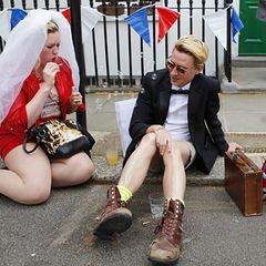Und auch diese beiden jungen Engländer haben die Hochzeit offensichtlich ausgiebig gefeiert.