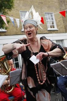 Die ehemalige Opernsängerin Dame Ann Evans schmetter ein Ständchen für die Brautleute.