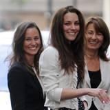 So entspannt sieht man Kate Middleton mit ihrer Schwester Pippa und Mutter Carole einen Tag vor der Hochzeit, auf die die Welt s