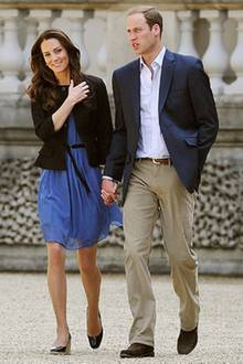Kurz bevor es in die Flitterwochen geht, sieht man die Frischvermählten beim Spaziergang durch den Park des Buckingham Palace.