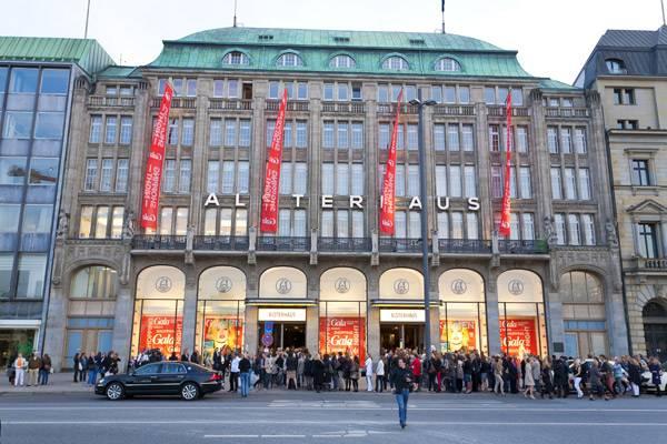 Großer Ansturm aufs Alsterhaus am Jungfernstieg: Die GALA Shopping Night beginnt!