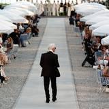 Chanel Cruise Collection: Nach der Show lässt sich Designer Karl Lagerfeld feiern.