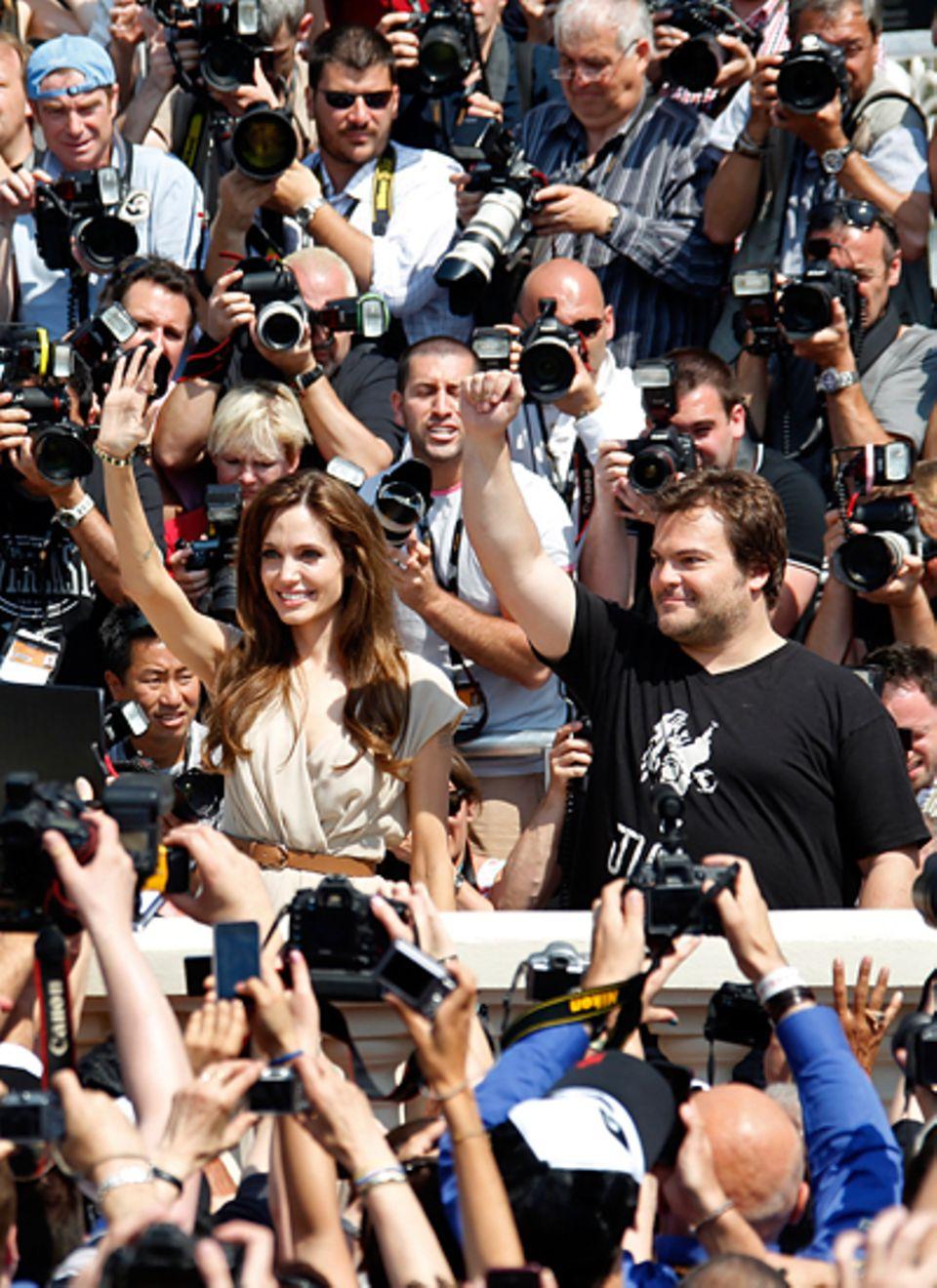 Filmfestival Cannes: Hallo Fans: Angelina Jolie und Jack Black winken aus einer Schar von Fotografen.