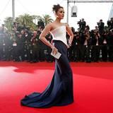 """Filmfestival Cannes: Aishwarya Rai Bachchan päsentiert sich in einem eleganten Kleid von """"Armani Privé""""."""