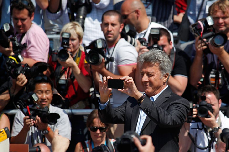 """Filmfestival Cannes: Dustin Hoffman schlüpft beim Fototermin zu """"Kung Fu Panda 2"""" in die Rolle des Fotografen."""