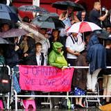 Filmfestival Cannes: Die wartenden Fans trotzen dem Wetter um einen Blick auf ihren Liebling Johnny Depp zu erhaschen.