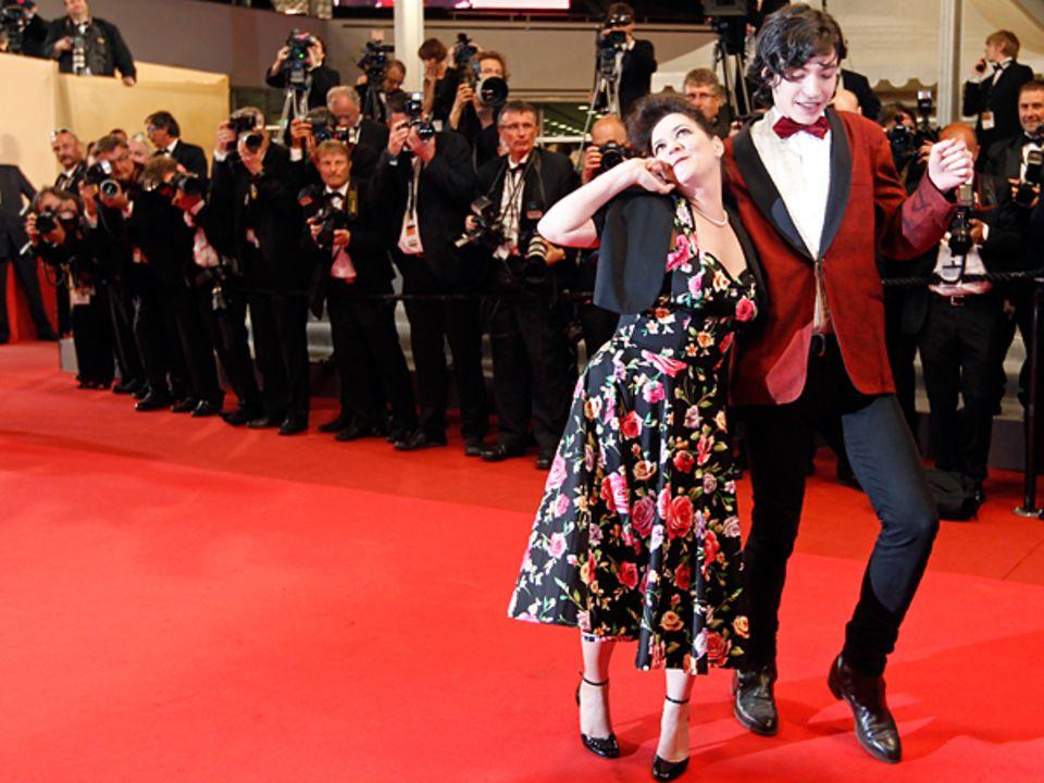 """Filmfestival Cannes: Lynne Ramsay und Ezra Miller flanieren bei der Premiere zu """"We Need To Talk About Kevin"""" über den roten Tep"""