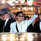 """Filmfestival Cannes: Nach der Vorführung von """"Fluch der Karibik: Fremde Gezeiten"""" winkt Johnny Depp noch mal zum Abschied."""
