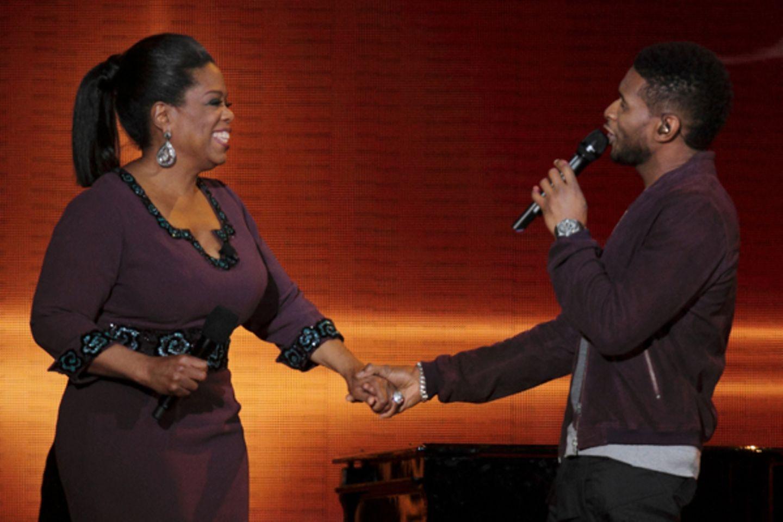 Usher nimmt Oprah bei der Hand und bringt die Quotenqueen zum Lachen.