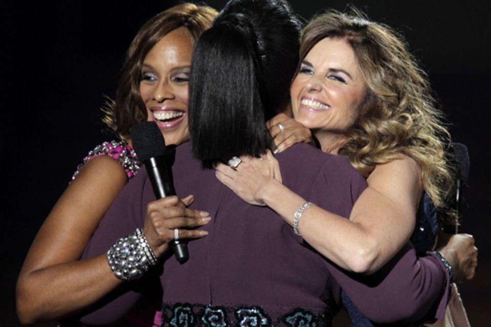 Oprah Winfrey umarmt Gayle King und Maria Shriver ...