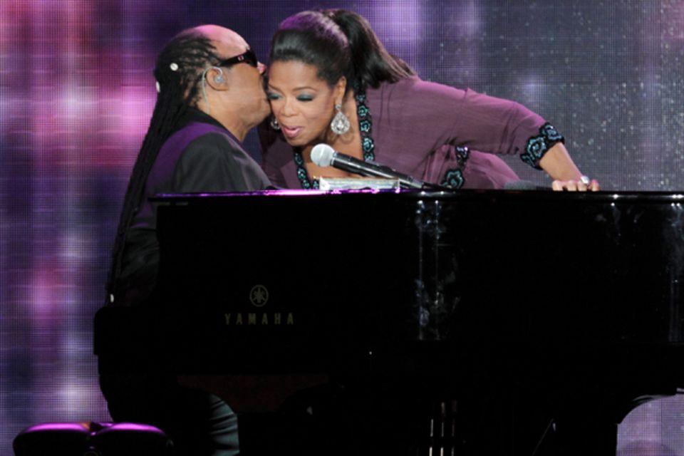 Stevie Wonder spielt für Oprah am Klavier.