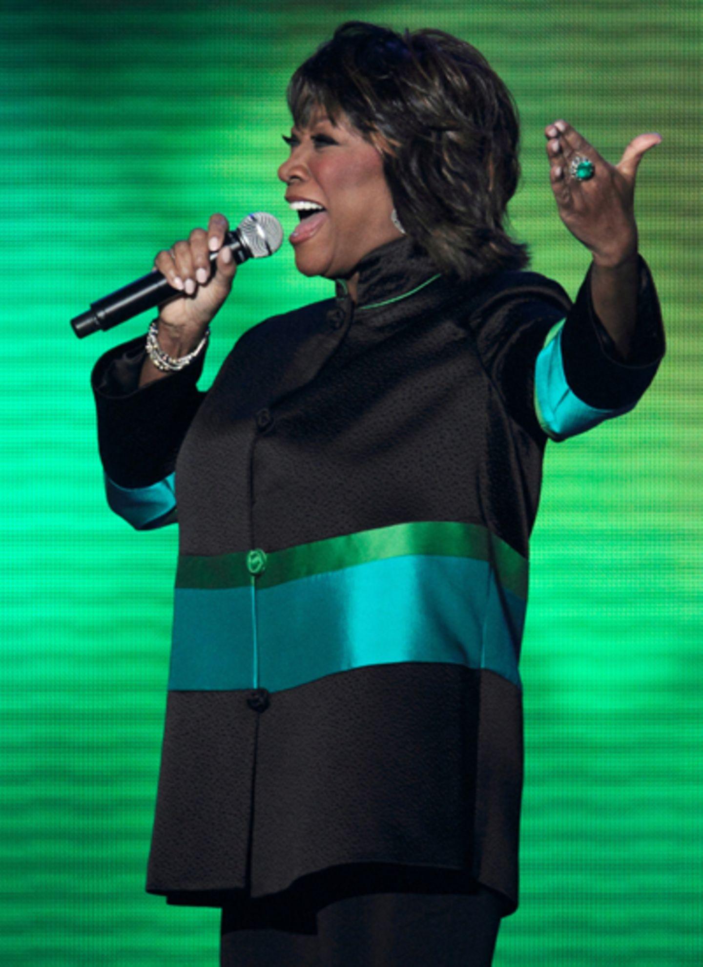 Auch Patti LaBelle lässt es sich nicht nehmen, ein Ständchen für Oprah zu singen.