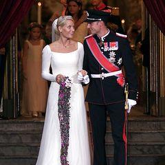Der Designer fertigt das schlichte Brautkleid der Prinzessin aus über 125 Metern Seidentüll.