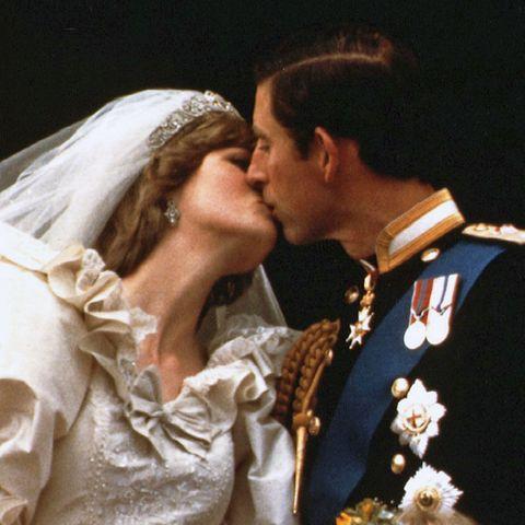 Charles und Dianas Hochzeitskuss war dann aber leider nur ein ganz zaghafter, kurzer Schmatzer.