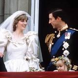 Tausende Schaulustige jubelten dem frischgetrauten Ehepaar zu, das sich ganz traditionell auf dem Balkon des Buckingham Palasts zeigte. Und natürlich warteten sie auf den ersten Kuss von Diana und ihrem Prinz Charles.