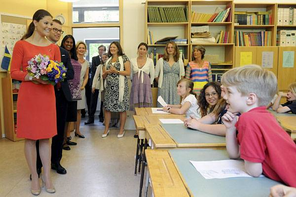 Die Schüler der Schwedischen Schule in Berlin freuen sich mindestens genauso sehr über den königlichen Besuch die Lehrerschaft.