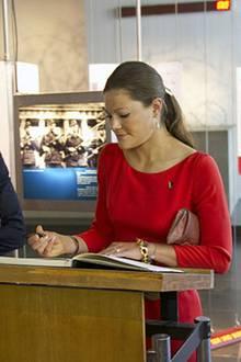 Prinzessin Victoria signiert das Gästebuch der Gedenkstätte für die Opfer der Berliner Mauer.