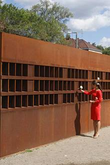 Den Opfern der Berliner Mauer gedenken Victoria und Daniel mit weißen Rosen.