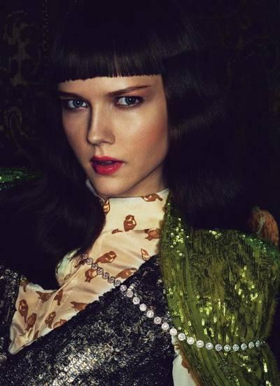 """Langes Collier """"Circlet"""" aus Platin und Diamanten, ca. 134 000 Euro, von Tiffany & Co. Seidenbluse von Karen Walker, Paillettenk"""