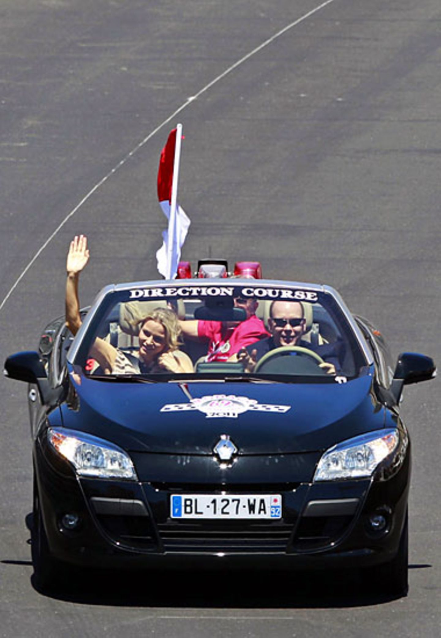 Einer gibt die Richtung vor, und das ist in diesem Fall Fürst Albert von Monaco mit seiner Verlobten Charlene Wittstock.